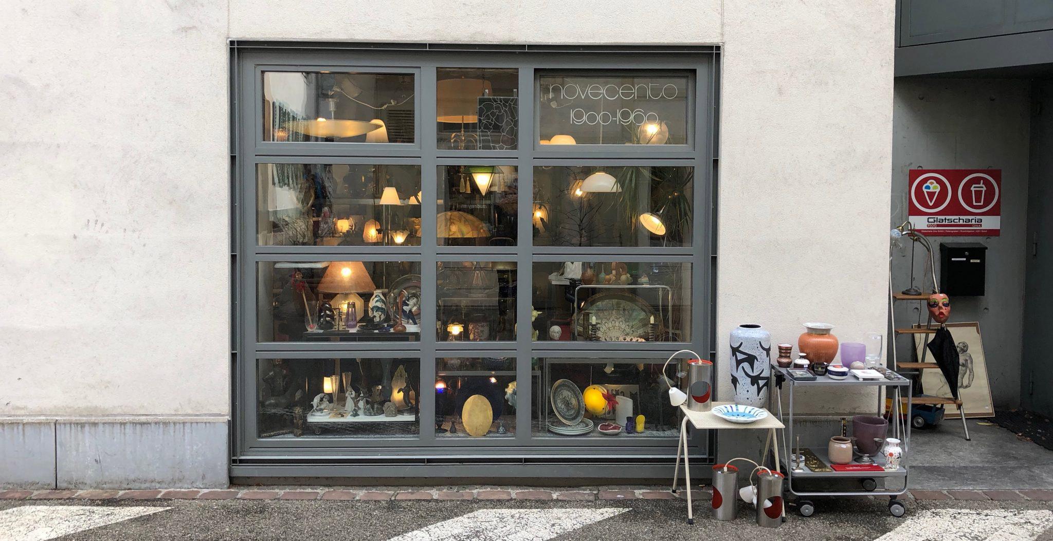 Schaufenster von Antiquitäten Novecento in Basel